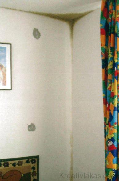 Penészképződés a gyermekszobában, a pozitív falsarokban.