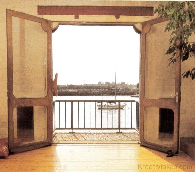 A nyitott ajtón beáramló természetes fény hatása reggeltől estig változik.