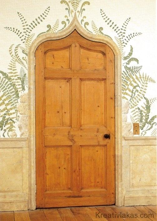 Az ívelt ajtó köré sablonnal páfránymintát festettek