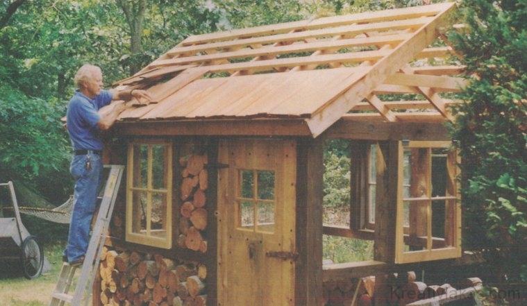 A szerző az ír kerti kunyhó tetejére szegezi fel a zsindelyeket