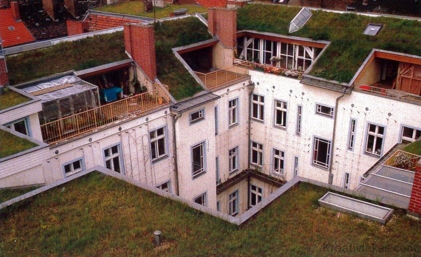 2.8. ábra. Tetőtér-kialakítás flóratetővel, Berlin-Kreuzberg