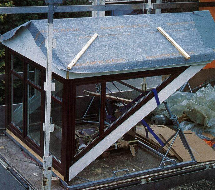 Nagyméretű előre gyártott tetőfelépítményes ablak védelme teherautón való szállításkor