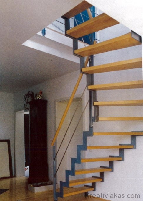 Meredek negyedívelt lépcső