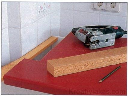 A munkalapot pontosan a fal mellé kell illeszteni