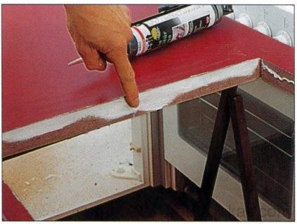 A vágási felületeket a kivágásoknál és a kapcsolódó helyeken mindig szilikonnal kell tömíteni.