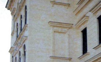 Meszelt homlokzati felület műemlék épületen.
