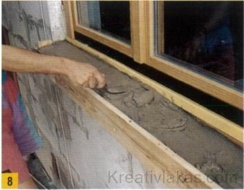 A cementhabarcsot (vagy betont) keverjük meg és kisebb adagokban kanalazzuk be a zsaluzatba