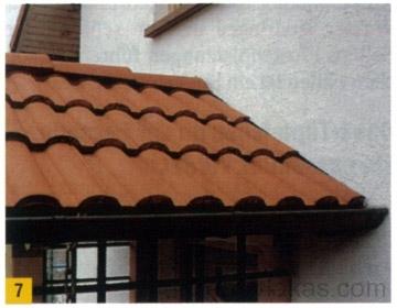 Az előtető és a házfal eső ellen szigetelt csatlakozása a cserepek alatt rejtőzik.